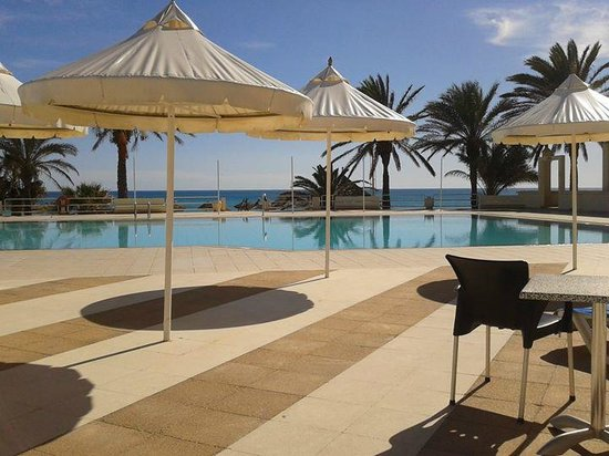 Omar Khayam Club : Pool area overlooking the sea