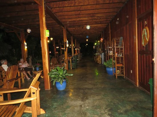 Hotel Banana Azul: looking from reception to the restaurant, rooms are to the right