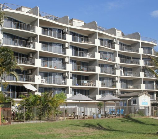 Sails Resort on Golden Beach: Sails facade from the park