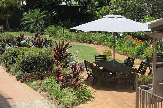 Sails Resort on Golden Beach: BBQ and picnic in Sails gardens