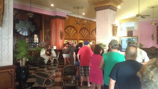 Hotel Riu Vallarta: Lineup for the customer service desk, to ask questions or book specialty restaurants. >1hour