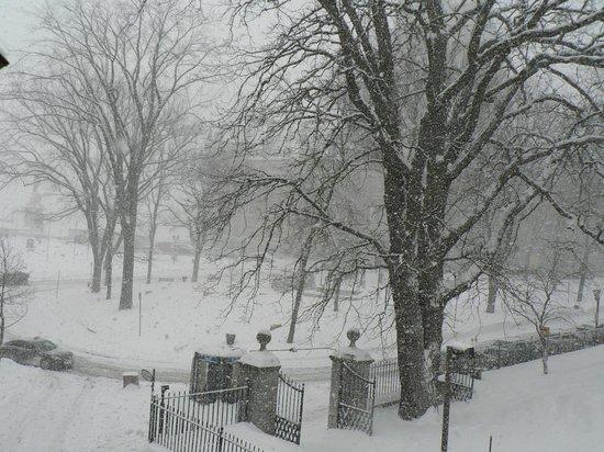 Auberge Place D'Armes: vue extérieur chambre no 15