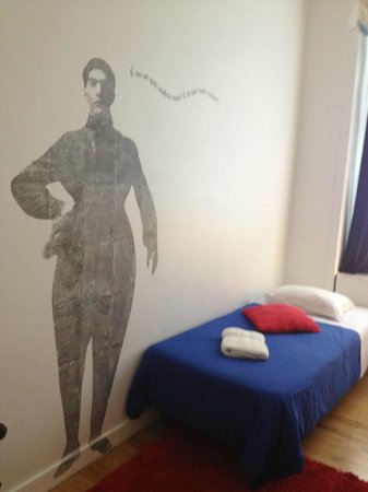 Living Lounge Hostel: The man in our room