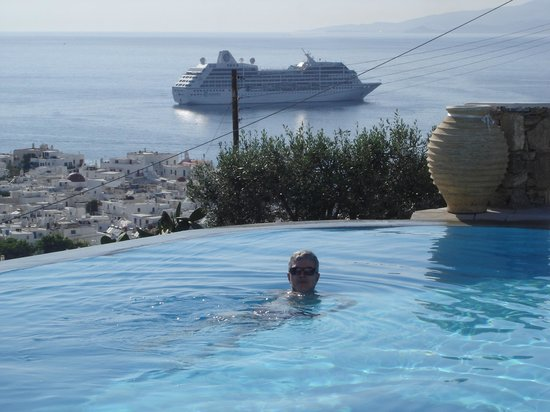Vencia Hotel: Vencia's borderless pool with view to the Bay of Mykonos