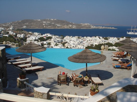 Vencia Hotel: View of Vencia's pool, the town and the Bay of Mykonos