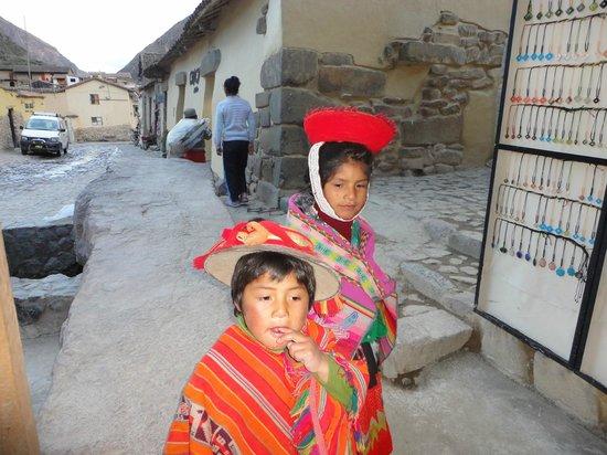 ChocoMuseo Ollantaytambo: Alejandro y su hermana em frente ao Chico Museo