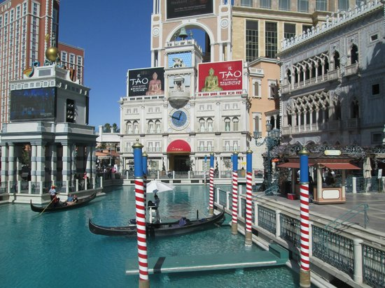 Venetian Resort Hotel Casino: Outside gondolas