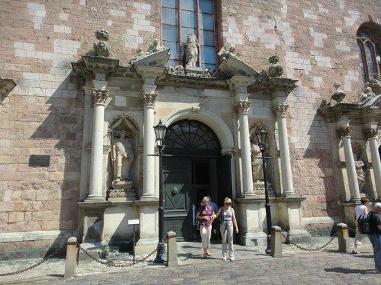 St. Peter's Church: esterno portale