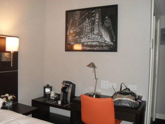 Hotel Edison Times Square : Coffee/Desk Area in Signature Room