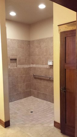 Five Pine Lodge & Spa: Walk in Shower