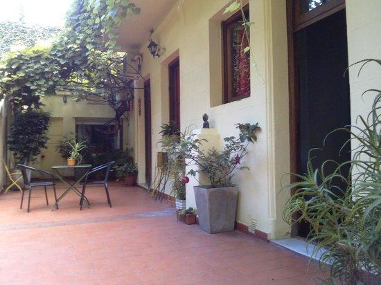 Solar Soler Bed & Breakfast: os quartos de baixo dão pro patio
