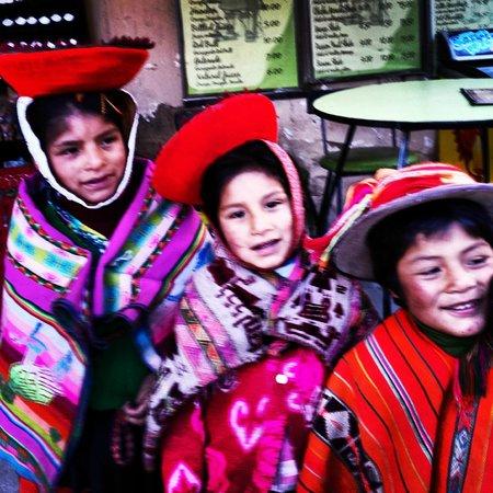 Plazoleta Aracama: crianças sorridentes na piazoleta