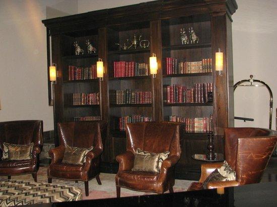 JW Marriott El Convento Cusco: Pequeña biblioteca