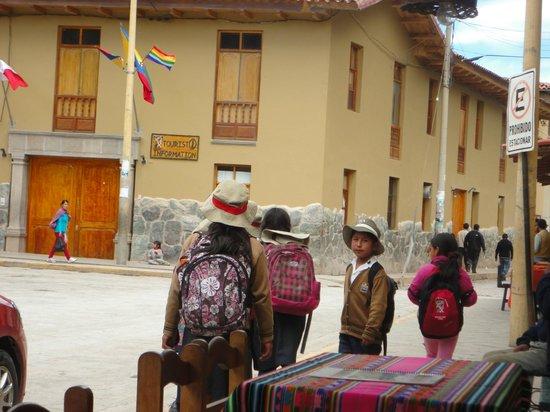 Plazoleta Aracama: Estudantes voltando da escola.