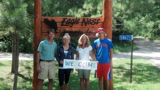 Eagle Nest Lodge: Your hosts, the Harrises