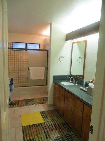 Kanaloa at Kona: Downstairs bathroom