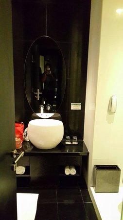 Padma Hotel Bandung: Bath room