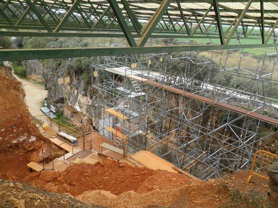 Yacimientos de la Sierra de Atapuerca : Estructura montada para proteger la zona.