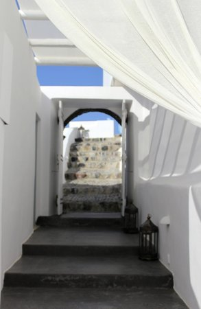 Andronis Luxury Suites: Walkways you your suites are cobble stone walkways and are open....all beautifully decorated.
