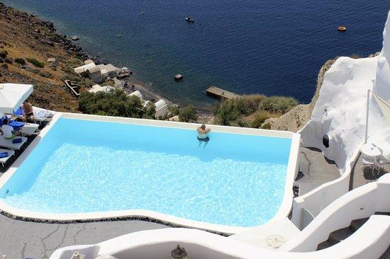 Andronis Luxury Suites: Infinity pool overlooking the Aegean Sea