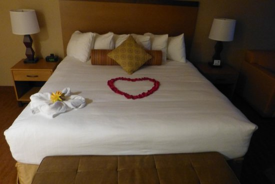 Hallmark Resort & Spa Cannon Beach : Our bed decorated by Bella for my girlfriend