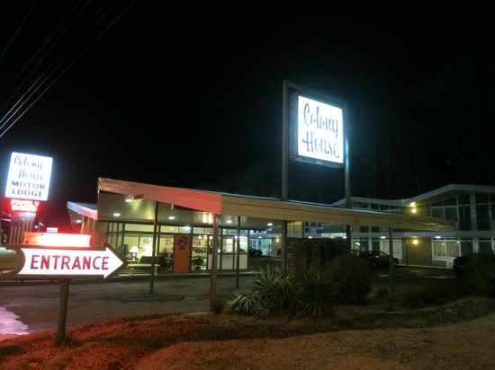 Colony House Motor Lodge : Arriving at night