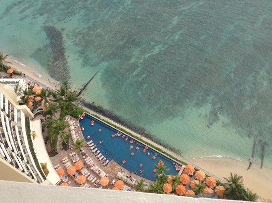Sheraton Waikiki: Pool view from my room