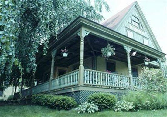 Beechwood Inn: Front veranda