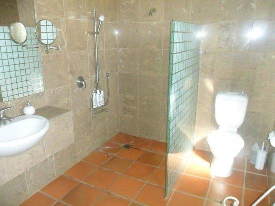Coastal Chalet Suites: suite C bathroom