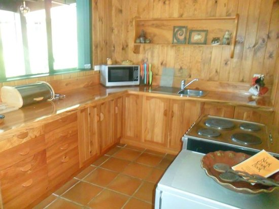 Coastal Chalet Suites : suite c kitchen