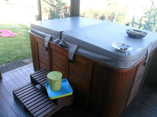 Coastal Chalet Suites : Hot tub suite C