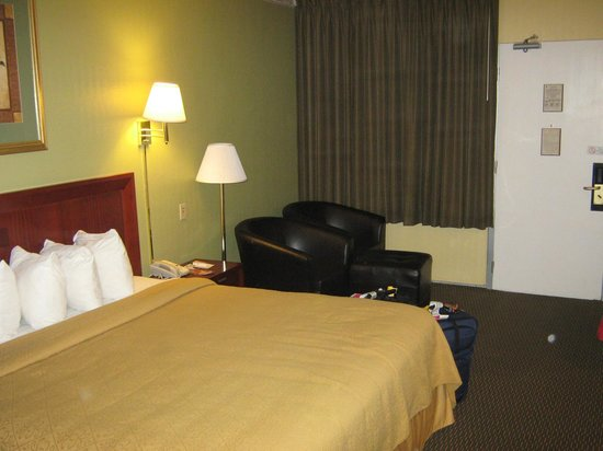 Quality Inn Airport: Bedroom from bath