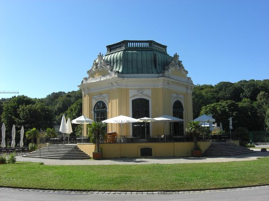 Tiergarten Schoenbrunn - Zoo Vienna : One of many nice places to eat!