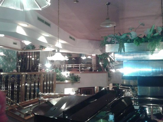 Golden Valley Restaurant: Somewhat Dated Interior - Great Piano