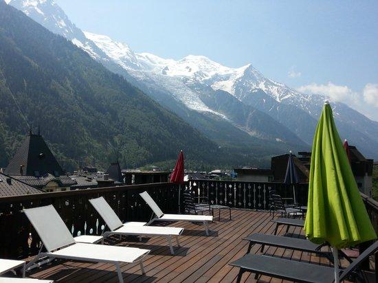 Park Hotel Suisse & Spa: La terrasse près du jacuzzi