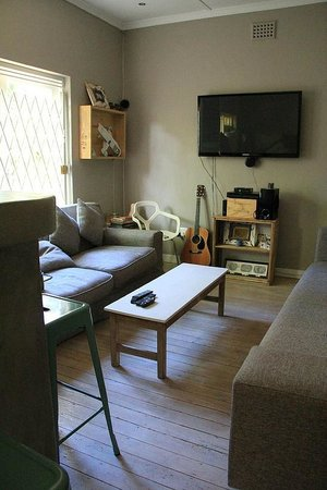 The Backpackers in Green Point : TV room
