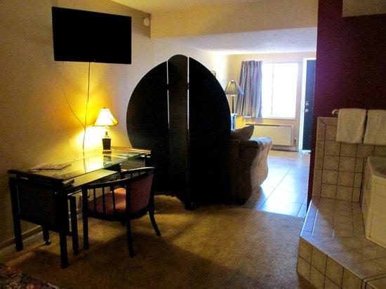 Brydan Suites: King Jacuzzi Suite