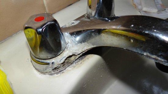 Hotel Restaurant Catimar: Corrosion en la canilla del baño