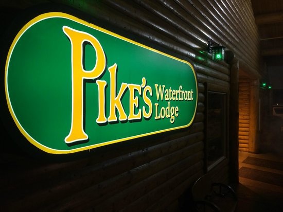 Pike's Waterfront Lodge : Out Front