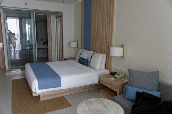 Holiday Inn Pattaya : Bett und Blick auf das Bad