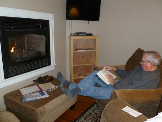 Saltair Inn Waterfront B&B: Warming up by the fire.  Good book!!!!  Lee Childs