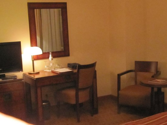 Hotel Majestic Plaza Prague: Dressing table area next to TV