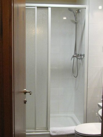 Hotel Majestic Plaza Prague: Large shower, with easily adjustable instant hot water