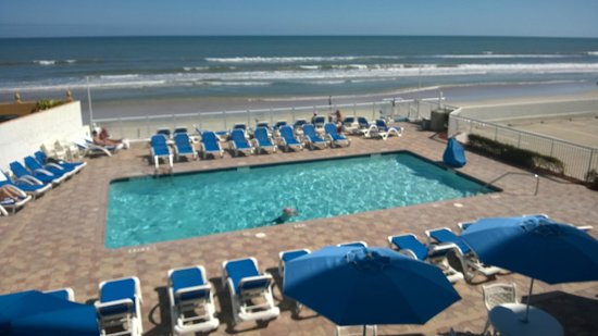 Tropical Winds Oceanfront Hotel: Outdoor pool and ocean