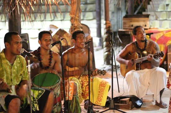 Tiki Village Cultural Centre : Musica ao vivo durante o jantar