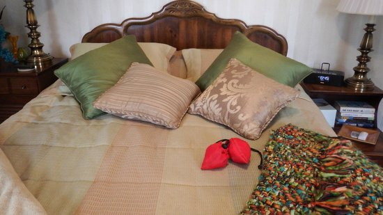 Robertshaw Country House Bed and Breakfast: Sunset room bed