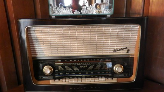 Robertshaw Country House Bed and Breakfast: Antique radio in library