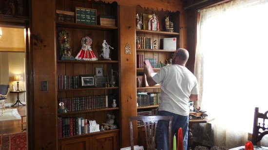 Robertshaw Country House Bed and Breakfast: A library to enjoy by all