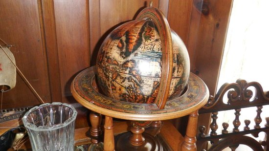 Robertshaw Country House Bed and Breakfast: Library antique globe
