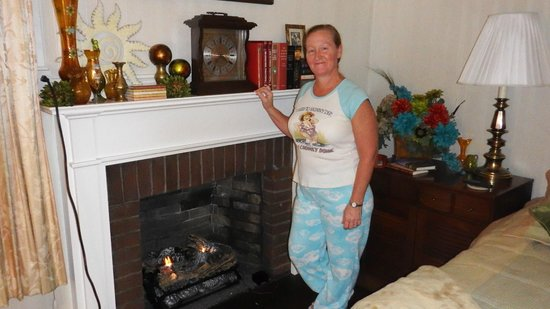 Robertshaw Country House Bed and Breakfast: Sunset Room fireplace